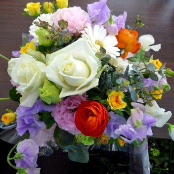 お祝い花束 白バラ+オレンジラナンキュラス